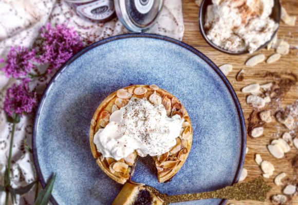 Recipe of almond pie with Quetsche jam, fresh blackberries and cinnamon whipped cream